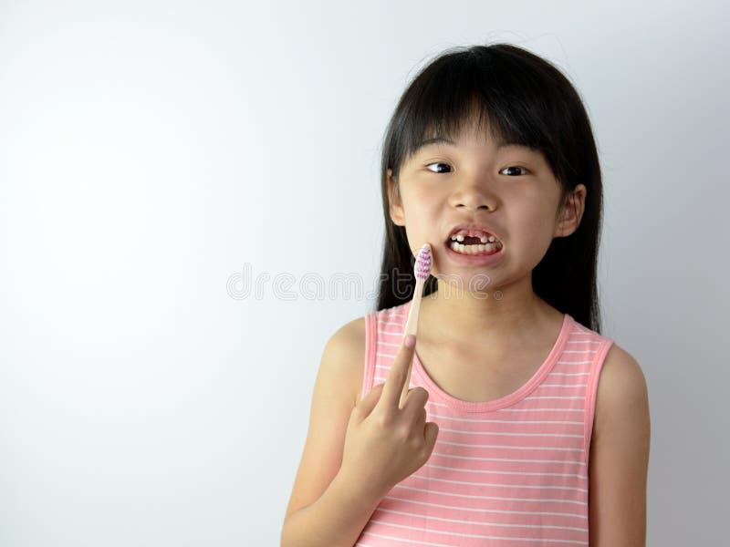 Meisje zonder voortanden met tandenborstel royalty-vrije stock afbeelding