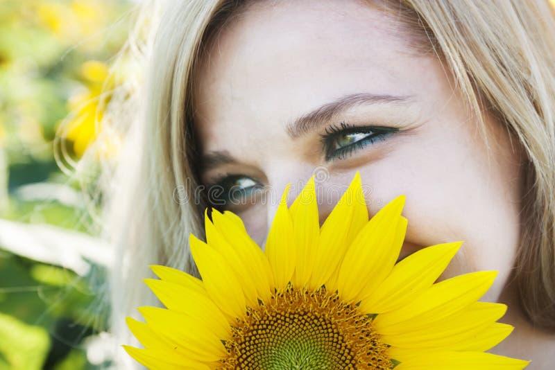 Meisje in zonnebloem stock foto
