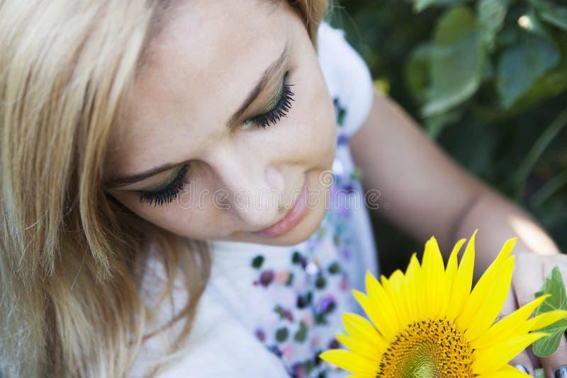 Meisje in zonnebloem stock afbeelding