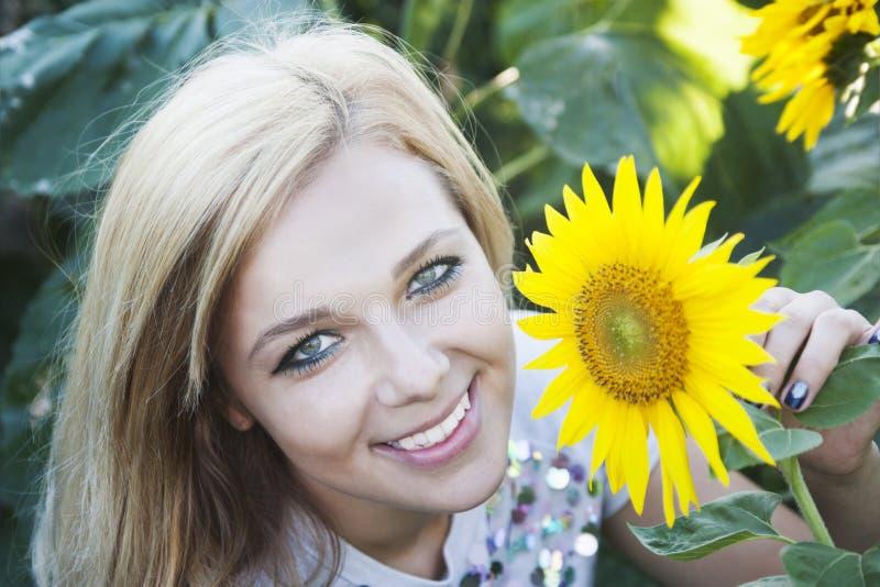Meisje in zonnebloem royalty-vrije stock foto