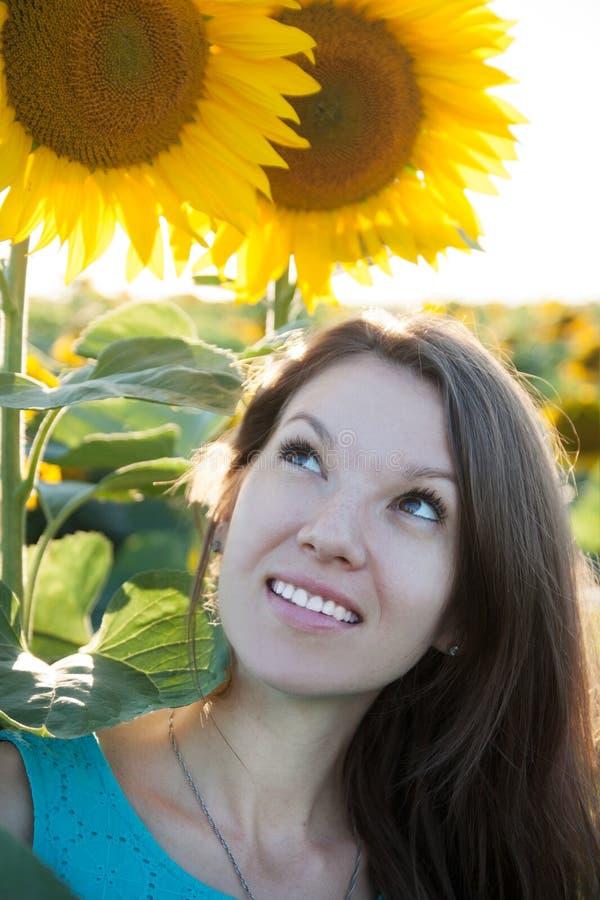 Meisje in zonnebloem royalty-vrije stock afbeeldingen