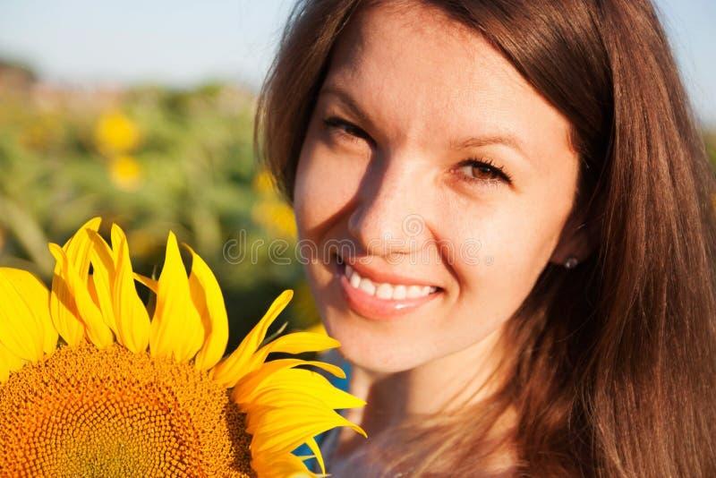 Meisje in zonnebloem stock afbeeldingen