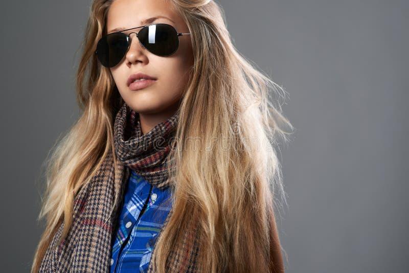 In meisje in zonnebril stock afbeeldingen
