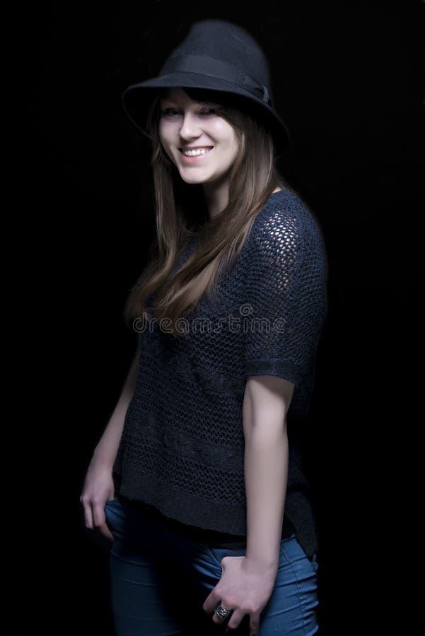 Download Meisje In Zwarte Met Modieuze Zwarte Hoed Stock Afbeelding - Afbeelding bestaande uit charming, kijk: 29501749