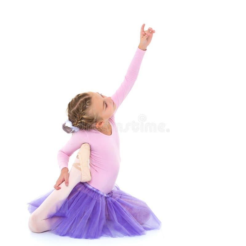 Meisjeballerina in beeld het stellen op de vloer royalty-vrije stock foto's