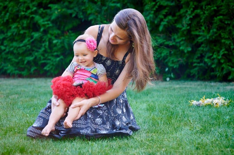 Meisjegangen op het gras in de zomer met mijn moeder royalty-vrije stock fotografie