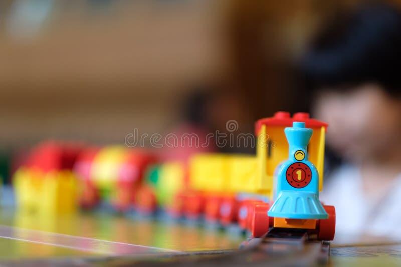 Meisjejong geitje het spelen met treinstuk speelgoed royalty-vrije stock foto's
