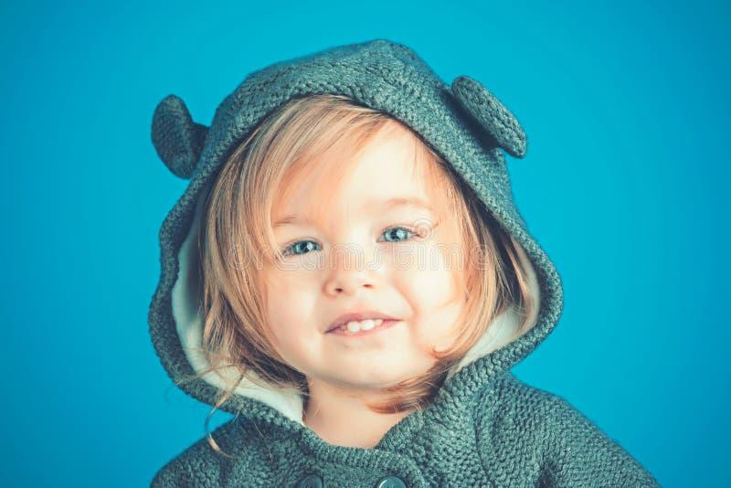 meisjekind het glimlachen Brutaal meisje Klein gelukkig meisje de herfst en de lentejong geitjemanier kinderjaren en geluk stock fotografie