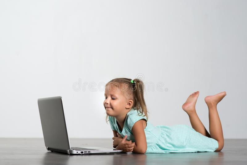 Meisjekind met laptop stock foto's