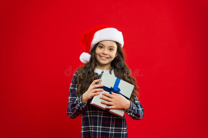 Meisjekind in santa rode hoed Kerstmis die, idee voor uw ontwerp winkelt Nieuwe jaarpartij Santa Claus-jong geitje Heden voor Ker royalty-vrije stock foto's