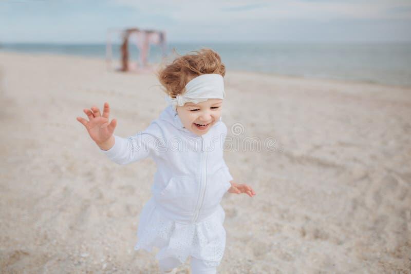 Meisjelooppas langs het strand royalty-vrije stock afbeeldingen