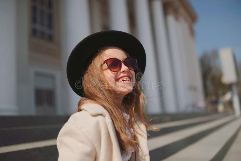 Meisjeportret op de straat stock afbeeldingen