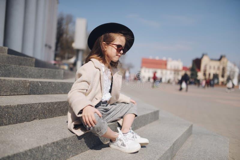 Meisjeportret op de straat royalty-vrije stock foto's