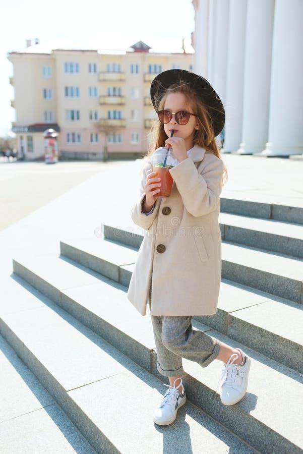 Meisjeportret op de straat stock fotografie