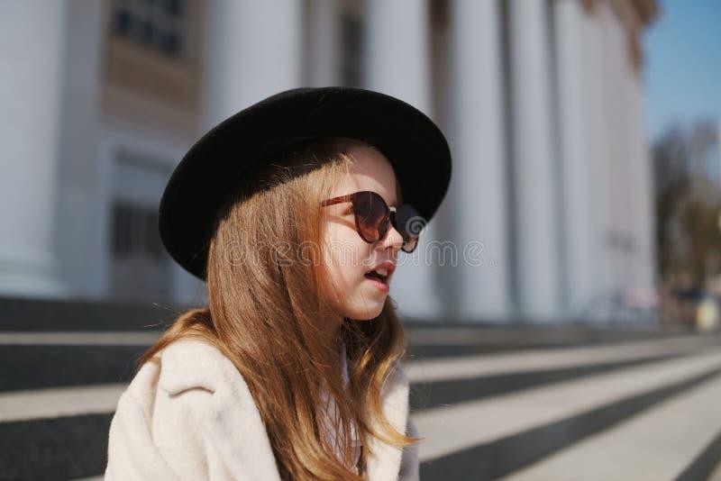 Meisjeportret op de straat royalty-vrije stock afbeelding