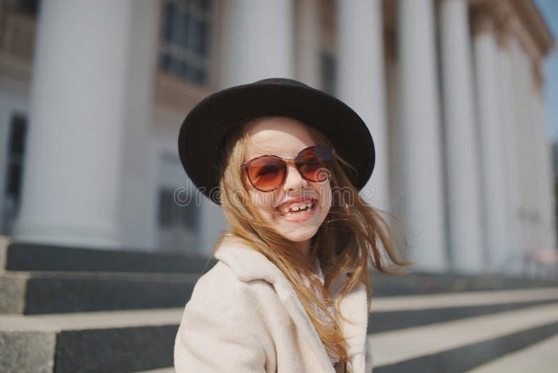 Meisjeportret op de straat stock foto