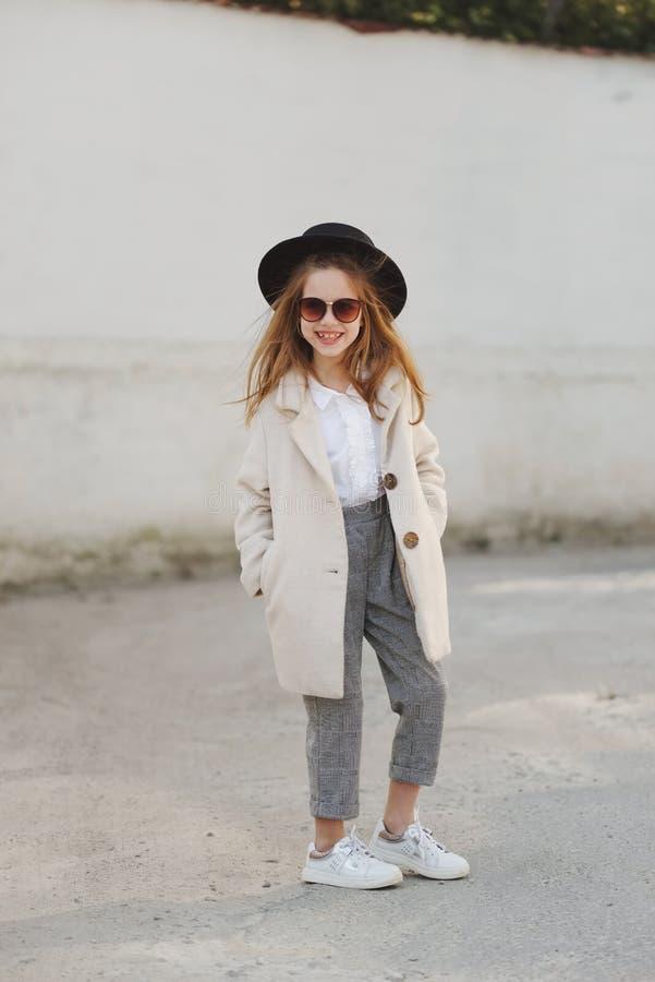 Meisjeportret op de straat stock afbeelding