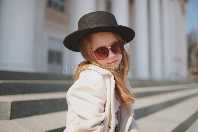 Meisjeportret op de straat royalty-vrije stock fotografie