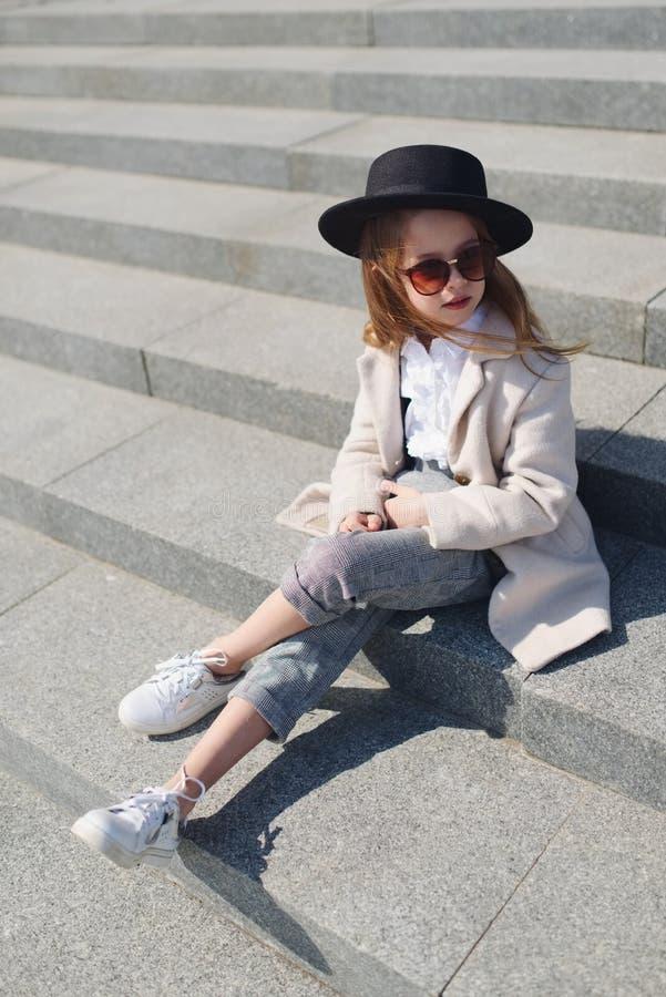 Meisjeportret op de straat royalty-vrije stock foto