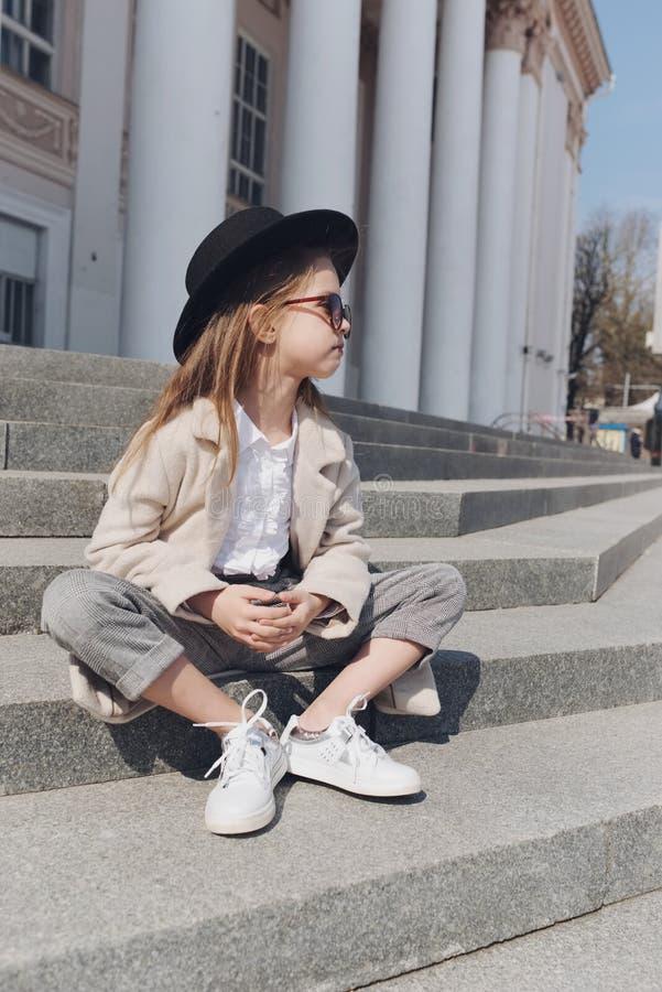 Meisjeportret op de straat stock foto's