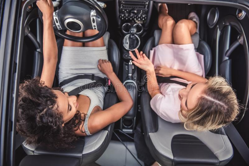 Meisjes in auto stock foto
