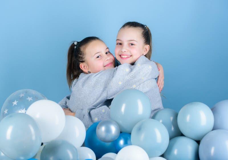 Meisjes beste vrienden dichtbij luchtballons De partij van de verjaardag Geluk en vrolijke ogenblikken Onbezorgde kinderjaren Beg royalty-vrije stock afbeeldingen