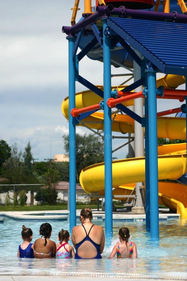Meisjes bij de pool royalty-vrije stock afbeelding