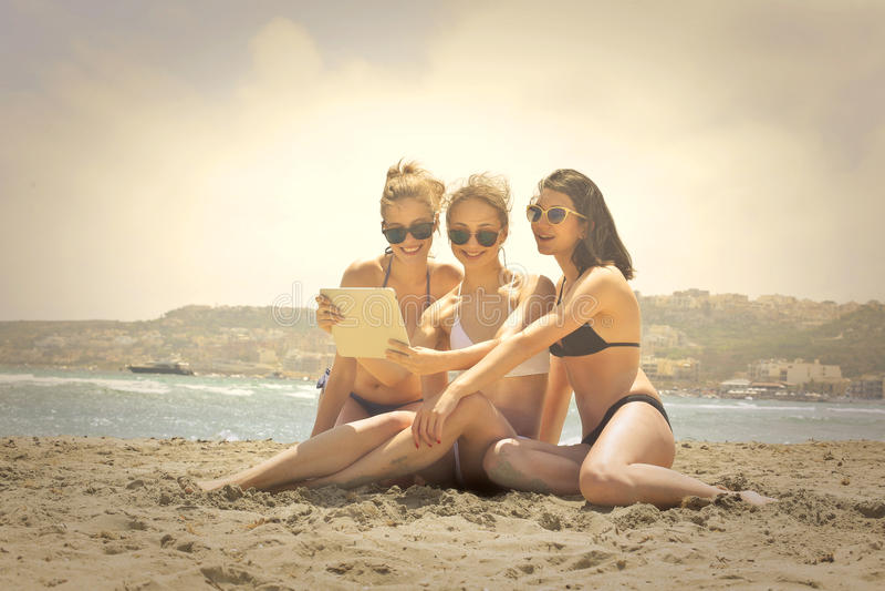 Meisjes bij het strand stock foto