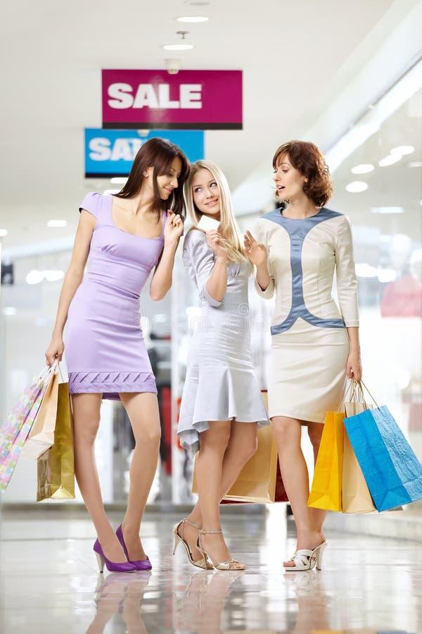 Meisjes bij het winkelen stock afbeelding