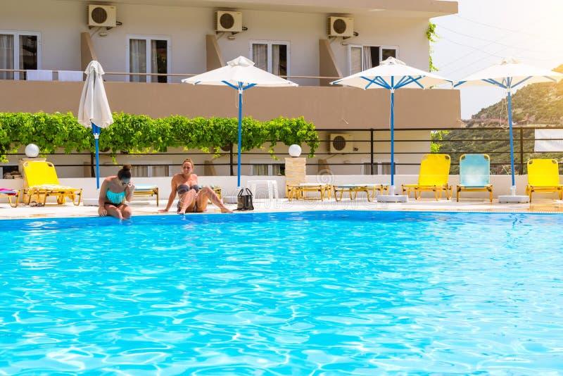 Meisjes in bikinipoolside, het Dorp van hotelatali, Bali royalty-vrije stock afbeelding