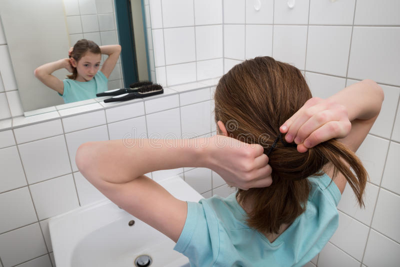 Meisjes Bindend Haar stock afbeeldingen