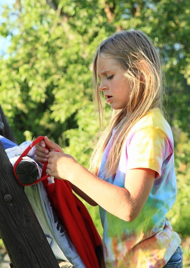 Meisjes bindende knoop stock fotografie