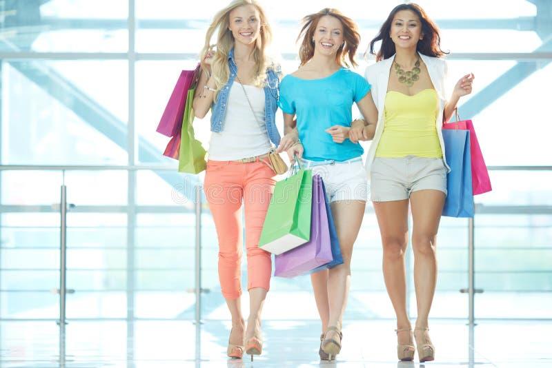 Meisjes in de wandelgalerij stock foto
