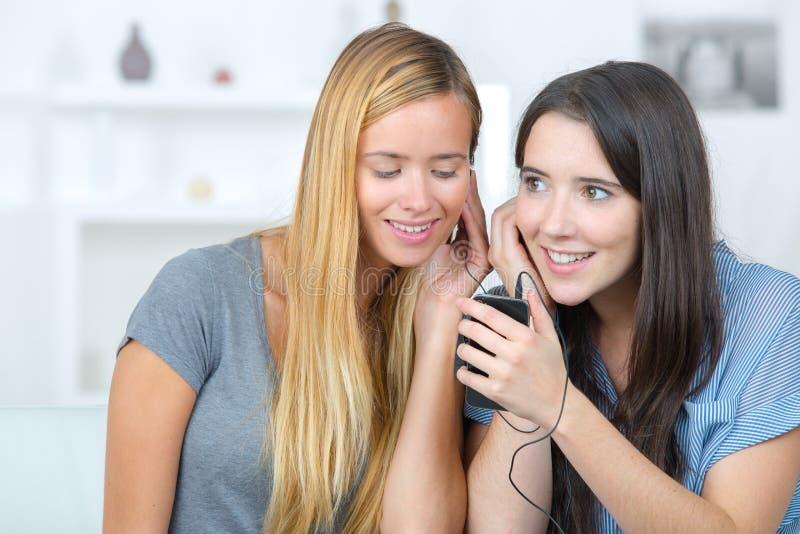 Meisjes die aan muziek luisteren royalty-vrije stock foto's