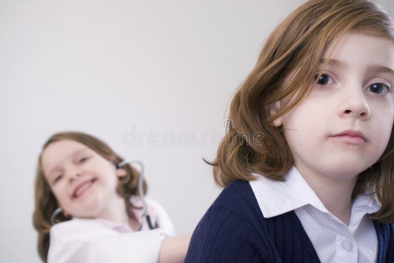 Meisjes die arts spelen stock foto's
