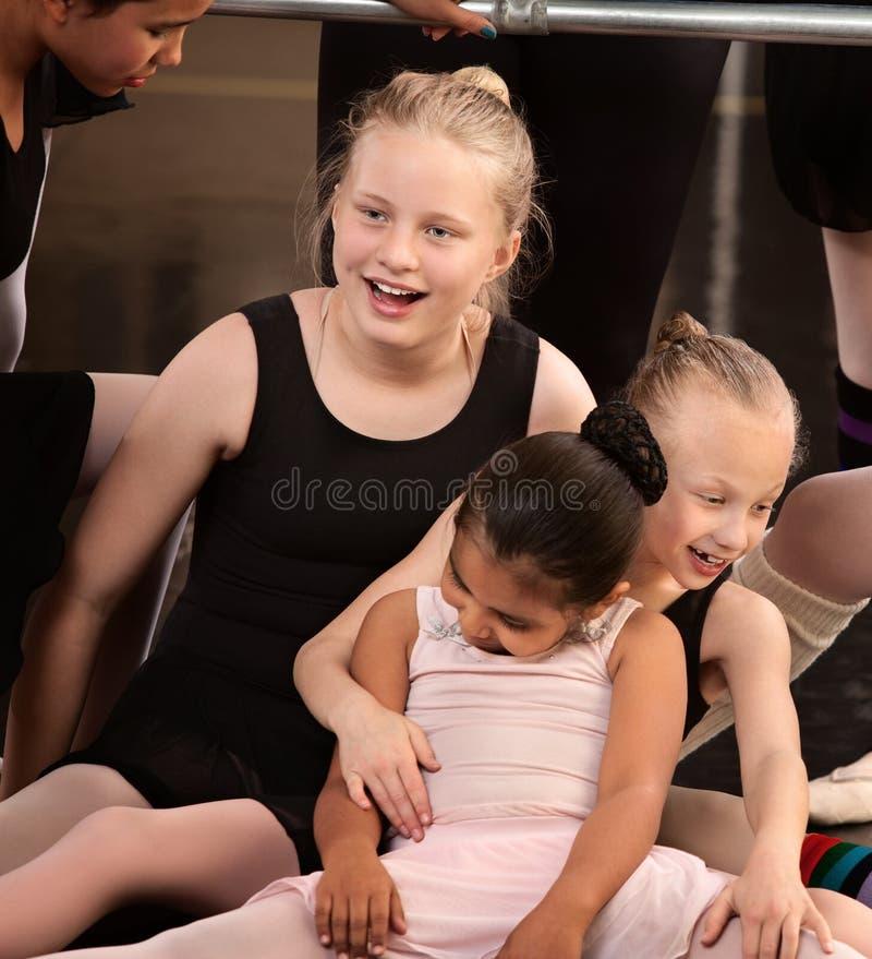 Meisjes die bij de Klasse van het Ballet lachen stock foto