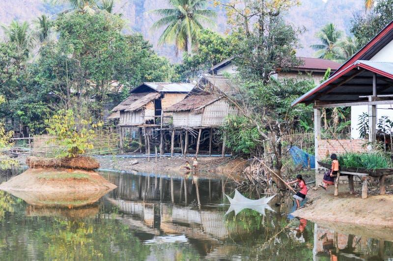 Meisjes die bij het dorp van Verbod Kong Lo vissen stock afbeeldingen