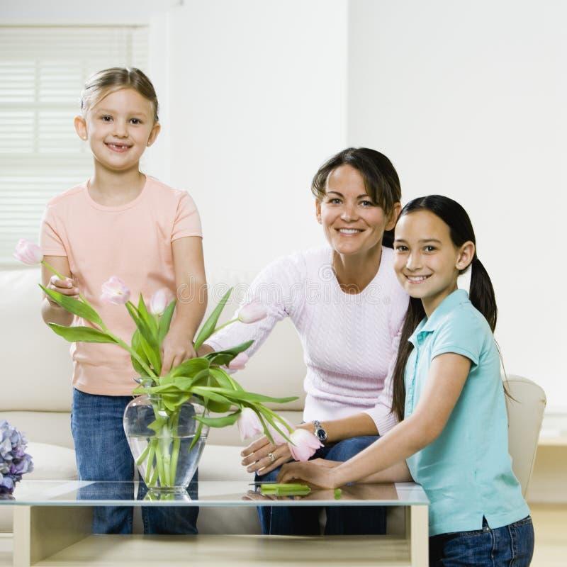 Meisjes die bloemen bekijken stock foto's