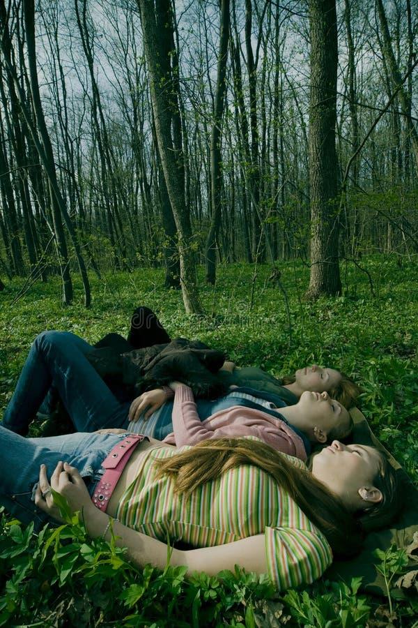 Meisjes die in bos ontspannen stock foto
