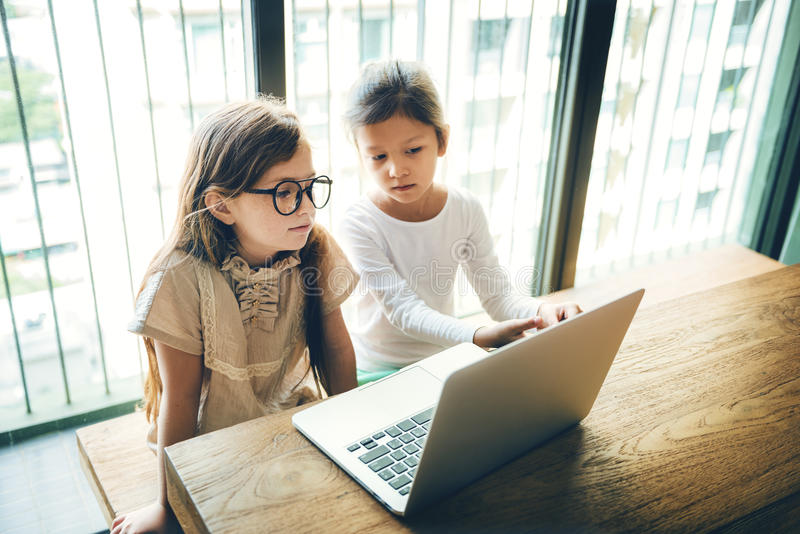 Meisjes die Computerconcept hanteren stock afbeelding