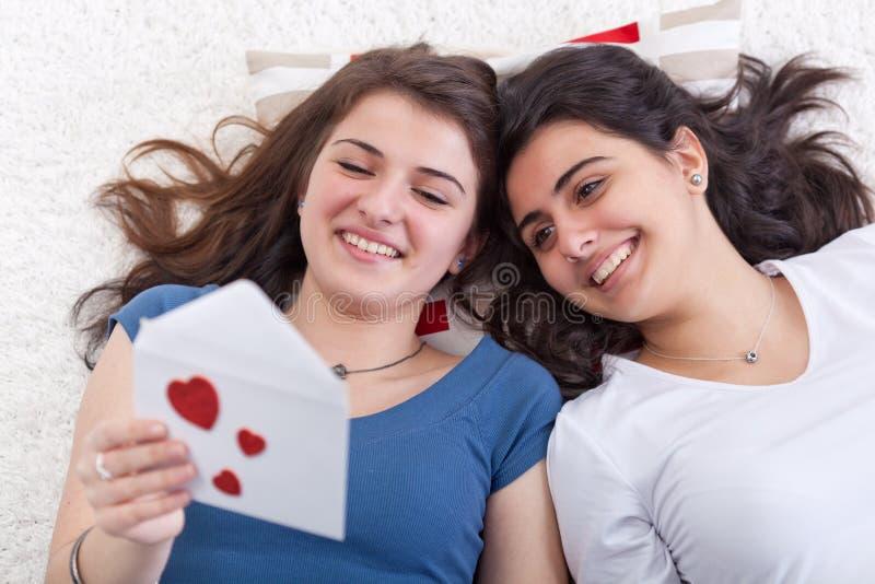 Meisjes die de liefdebrief hebben van de pretlezing samen royalty-vrije stock afbeelding