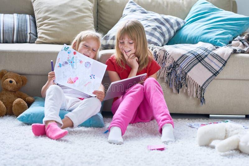 Meisjes die in de Zaal van Kinderen spelen stock afbeeldingen