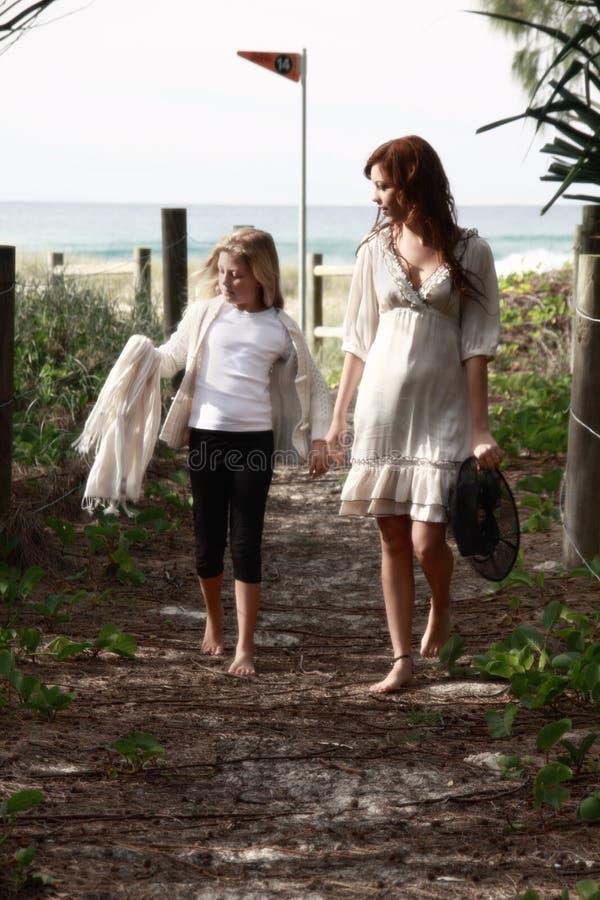 Meisjes die dichtbij strand lopen stock afbeelding