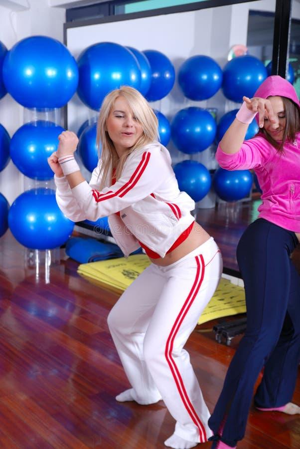Meisjes die in een geschiktheidsstudio dansen stock foto's