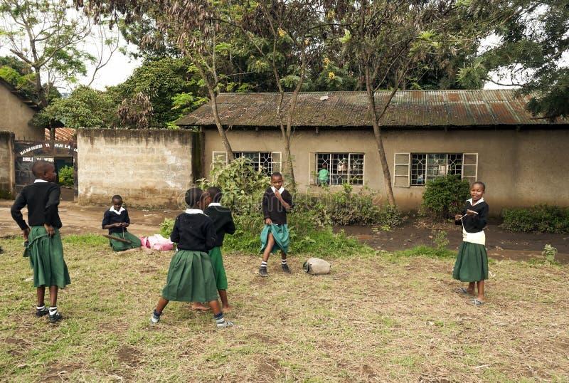 Meisjes die in een school spelen royalty-vrije stock afbeeldingen