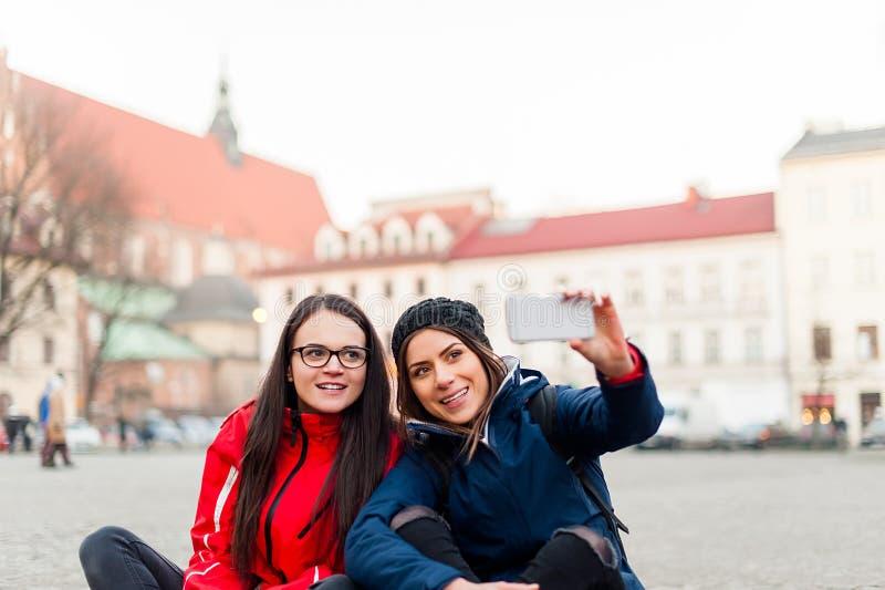 Meisjes die een zelfportret in de stad nemen stock fotografie