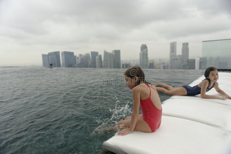 Meisjes die in een zwembad spelen royalty-vrije stock afbeeldingen