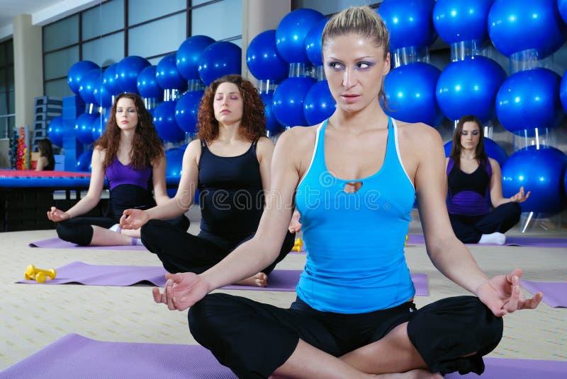 Meisjes die in geschiktheidsclub mediteren royalty-vrije stock fotografie