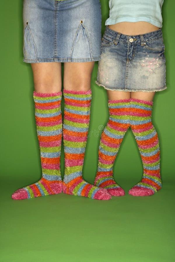 Meisjes die gestreepte sokken dragen. royalty-vrije stock fotografie