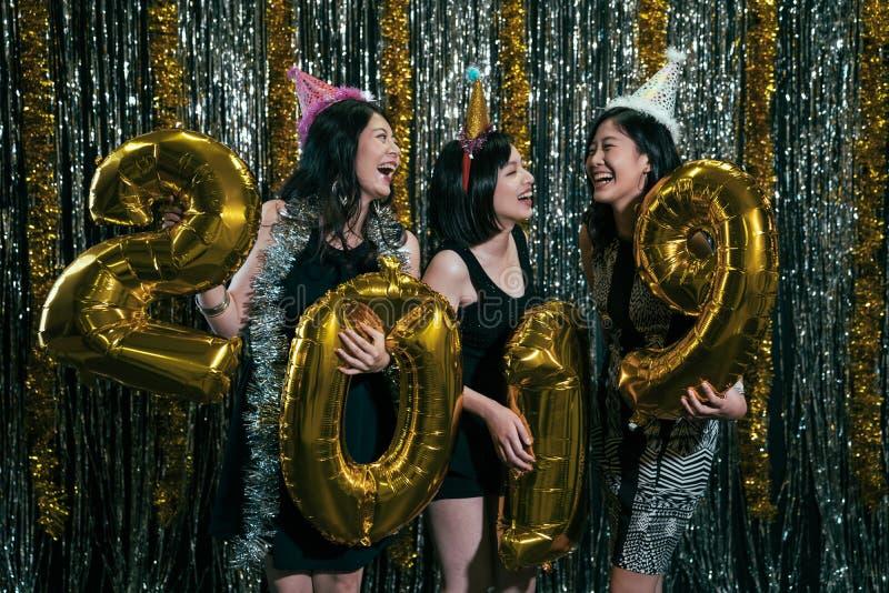 Meisjes die goud gekleurde nummer 2019 dragen royalty-vrije stock afbeeldingen